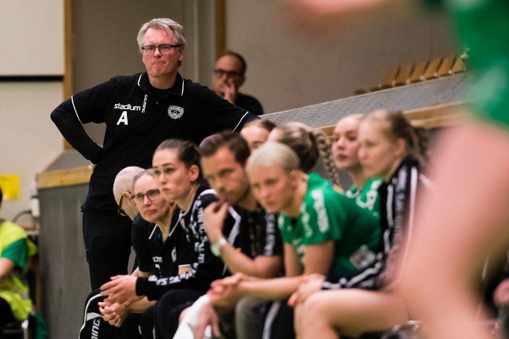 190418 Skurus tränare Mats Kardell under semifinal 1 i SHEs slutspel mellan Skuru och Lugi den 18 april 2019 i Stockholm.  Foto: Andreas L Eriksson / Bildbyrån / kod AE / Cop 106